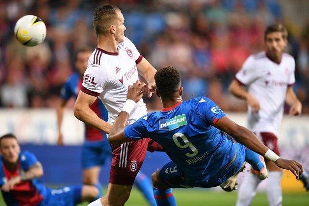 Plzeňský střelec Beauguel v akrobatickém zákroku proti bránícímu hráči Sparty Štětinovi.