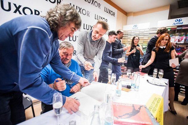 Zleva Ivo Knoflíček, Antonín Panenka a Jan Berger během autogramiády.