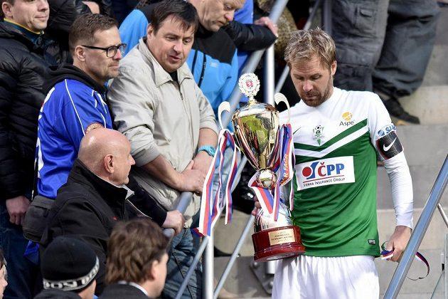 Zklamaný jablonecký kapitán Tomáš Hübschman s trofejí pro poraženého ve finále Poháru FAČR.