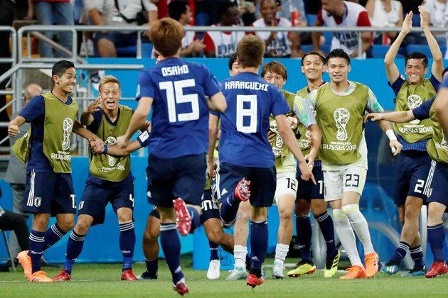 Radost japonských fotbalistů po trefě Haragučiho.