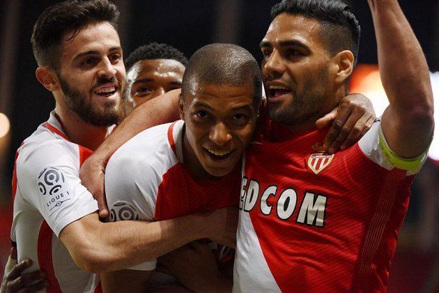 Kylian Mbappé (druhý zprava) se raduje se spoluhráči z Monaka z gólu proti St. Etienne.