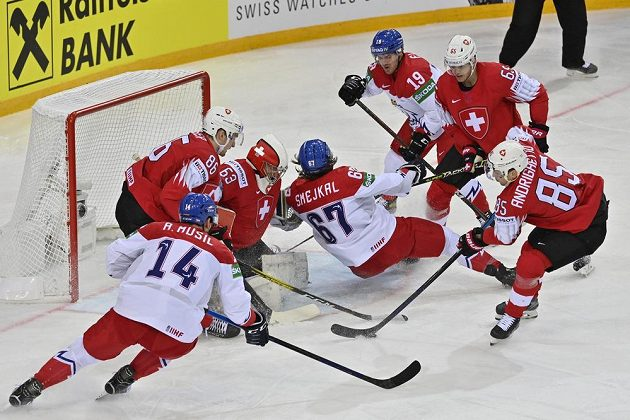 Jiří Smejkal padá před švýcarskou brankou.