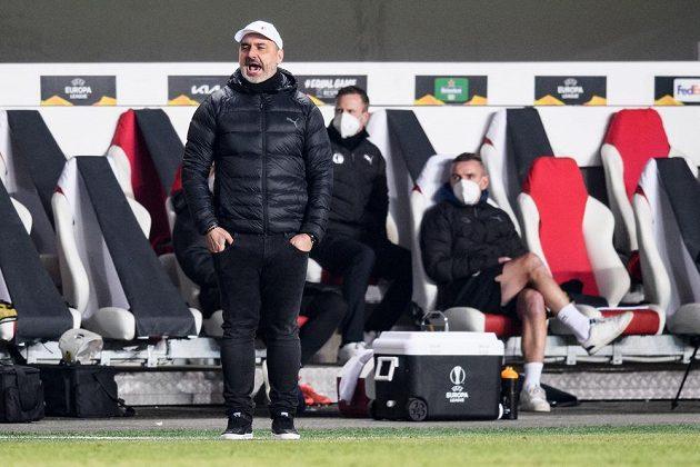Trenér Slavie Jindřich Trpišovský během utkání vyřazovací části Evropské Ligy s anglickým Leicesterem.