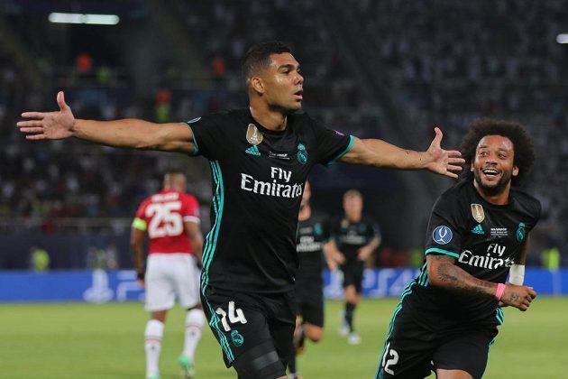 Brazilec Casemiro z Realu Madrid, střelec vedoucího gólu Superpoháru. Vpravo mu přibíhá poblahopřát krajan Marcelo.