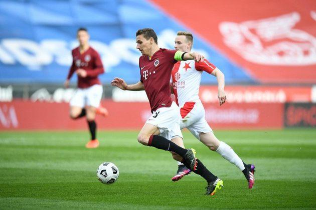 Fotbalista Sparty David Pavelka uniká slávistickému soupeři během semifinále MOL Cupu.