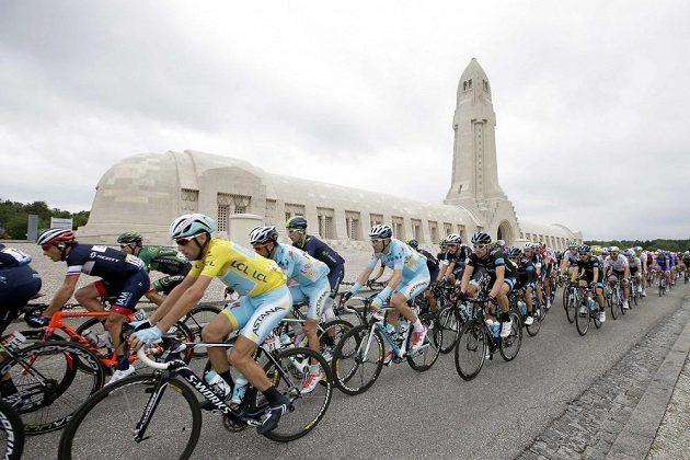 Cyklisté projíždějí kolem kostnice Douaumont, která se nachází poblíž Verdunu.