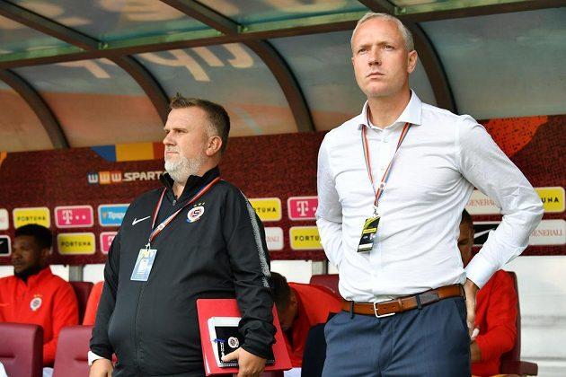Trenér Václav Jílek (vpravo) při premiéře na lavičce Sparty.