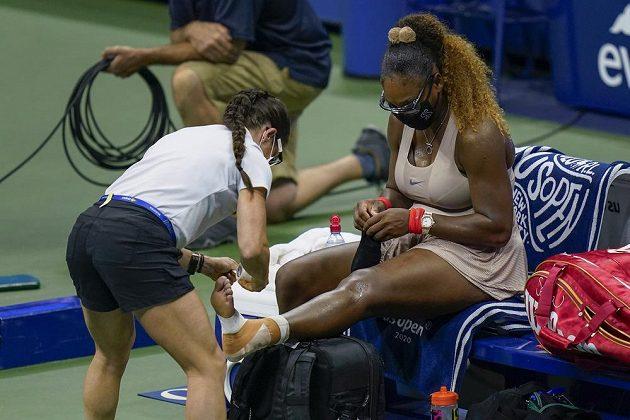 Ošetřování Sereny Williamsové v semifinále US Open.