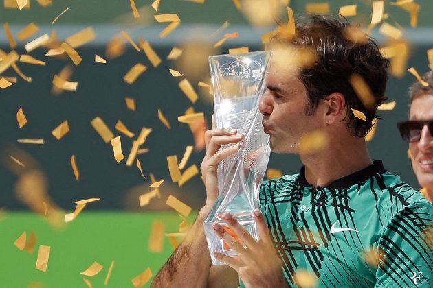 Roger Federer s trofejí za triumf na turnaji v Miami.