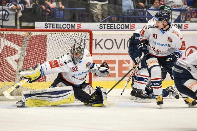 Jako první v rozhodujícím utkání předkola play off hokejové extraligy mezi Vítkovicemi a Plzní kapituloval vítkovický brankář Patrik Bartošák.