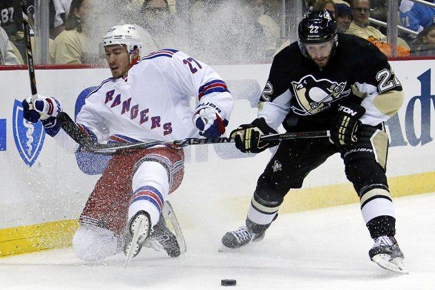 Ryan McDonagh (vlevo) z týmu New Yorku Rangers padá po souboji s Leem Stempniakem v barvách Tučňáků z Pittsburghu.