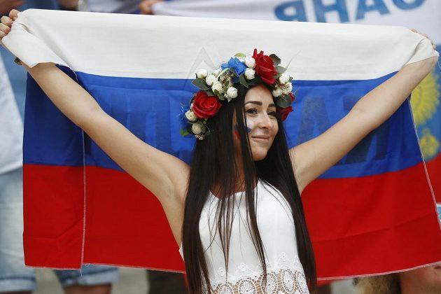 Fanynka s ruskou vlajkou měla po utkání s Anglií radost, svěřenci Leonida Sluckého vybojovali v závěru zápasu bod.