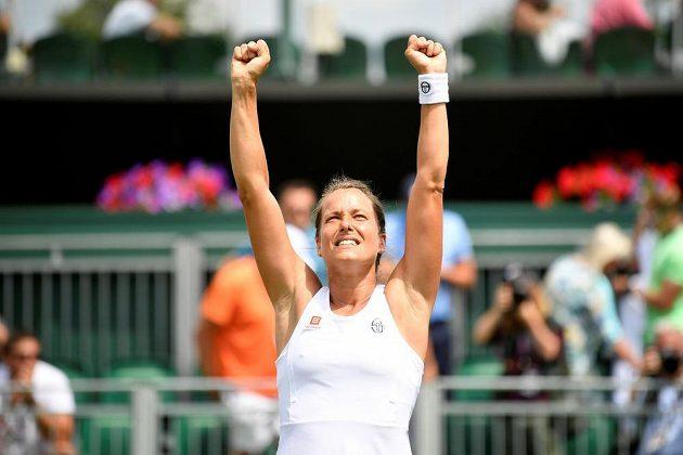 Česká radost! Barbora Strýcová slaví postup do čtvrtfinále Wimbledonu.