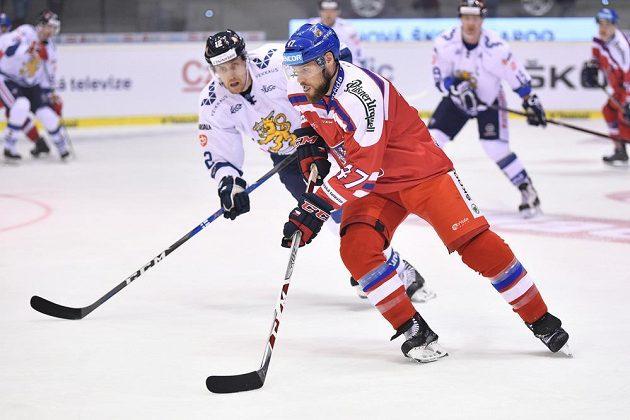 Obránce české reprezentace Michal Jordán (č. 47) sledován Mikou Anttilou z Finska.