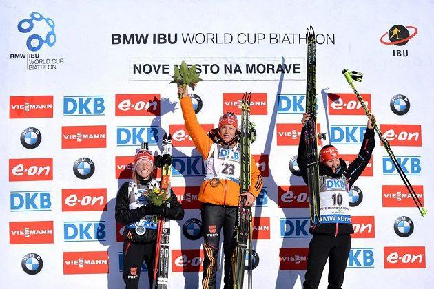 Stupně vítězů po sprintu SP v Novém Městě (zleva): Franziska Hildebrandová, Laura Dahlmeierová a Veronika Vítková.
