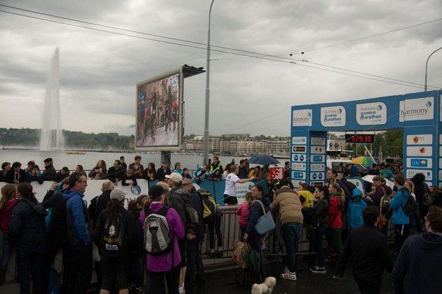 Ženevský maratón - cílová rovinka byla v obležení fanoušků.