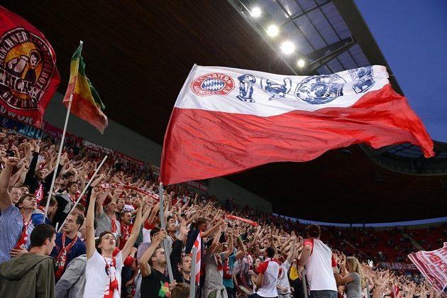 Příznivci Bayernu Mnichov na stadiónu v pražském Edenu.