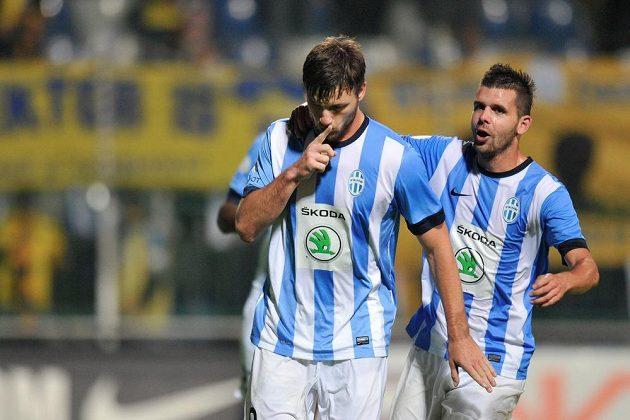 Autor tří gólů proti Teplicím Tomáš Wágner (vlevo) z Boleslavi se raduje z druhého gólu. Vpravo je Michal Ďuriš.