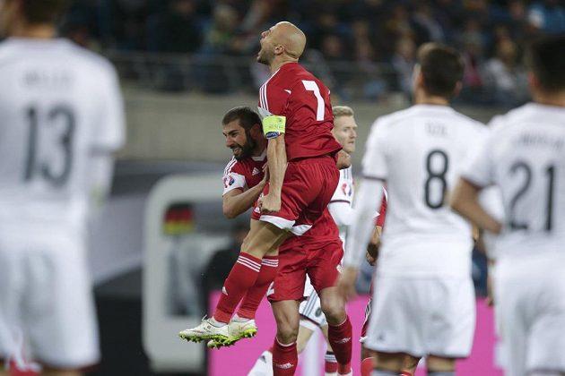 Jaba Kankava a jeho gruzínský spoluhráč Ucha Lobzhanidze se radují z gólu proti Německu.
