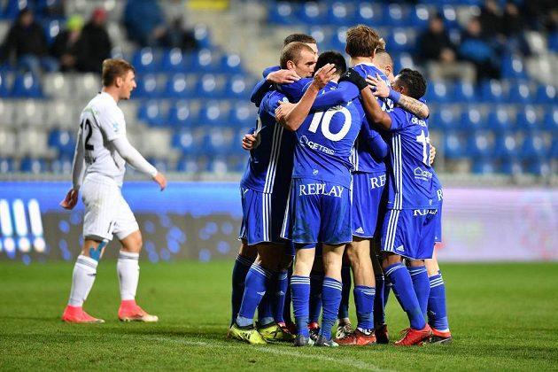 Boleslavští fotbalisté se radují z gólu v pohárovém utkání proti Baníku.