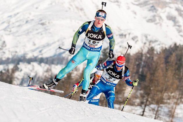 Michal Krčmář (vzadu) stíhá ukrajinského reprezentanta v závodě smíšených štafet na MS v rakouském Hochfilzenu.