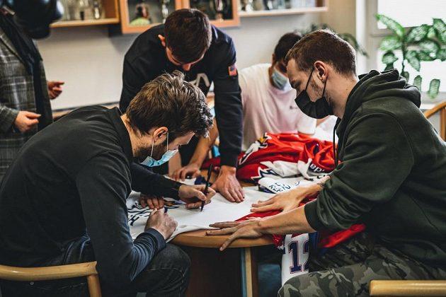 Český hokejový brankář Pavel Francouz se proměnil v Ježíška, naděloval v dětském domově v Plzni.