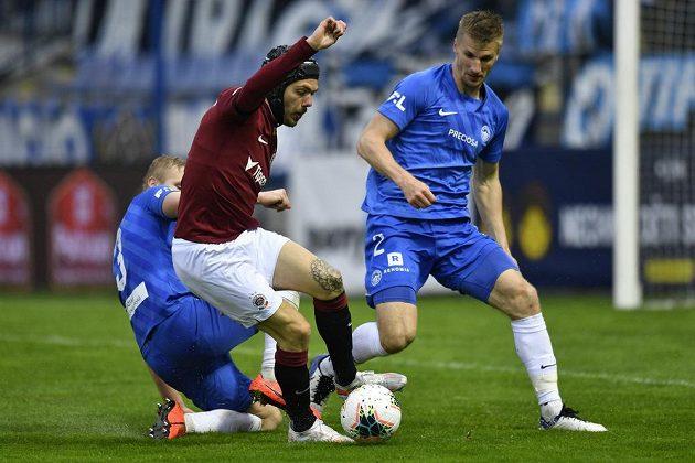 ZlevaJan Mikula z Liberce,David Moberg Karlsson ze Sparty aJakub Jugas z Liberce.´ bojují o míč v utkání 30. kola Fortuna ligy.