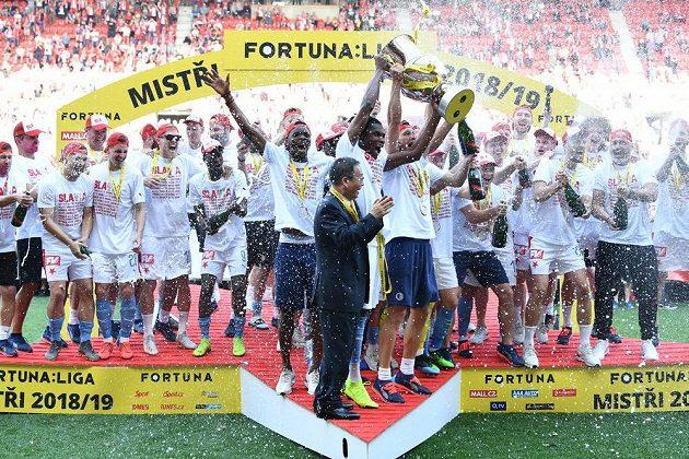 Slávisté s mistrovským pohárem po výhře v derby nad Spartou.
