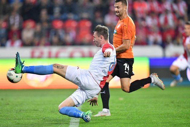 Slávista Jaromír Zmrhal zakončuje při utkání s Plzní.