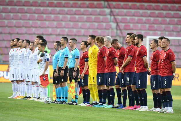 Čeští fotbalisté (vpravo) a albánská reprezentace před začátkem zápasu.