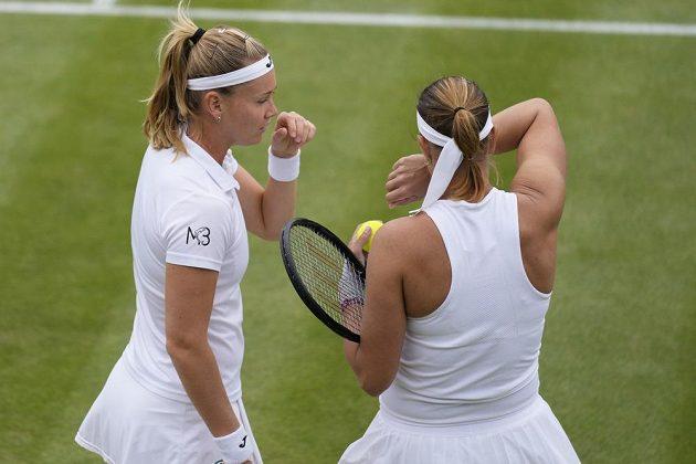 České tenistky Lucie Hradecká (vpravo) a Marie Bouzková prohrály ve čtvrtfinále čtyřhry ve Wimbledonu.