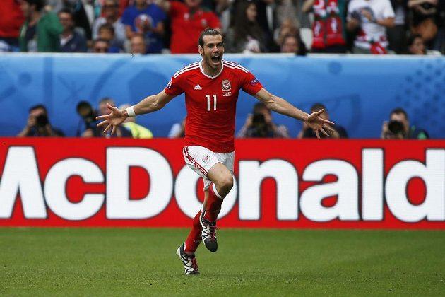 Radost Garetha Balea z Walesu po gólu do sítě Slovenska na mistrovství Evropy ve Francii.