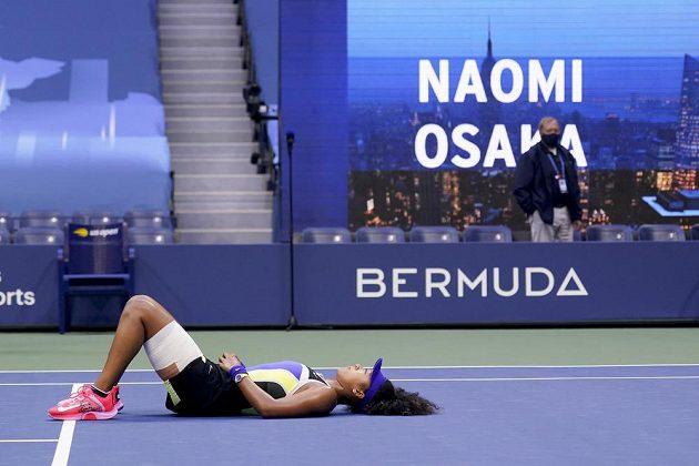Vítězný oddych Japonky Naomi Ósakaové po vítězném míčku ve finále US Open 2020.