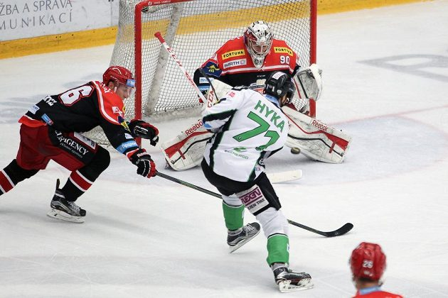 Boleslavský útočník Tomáš Hyka překonává hradeckého brankáře Ondřej Kacetla, vlevo se snaží zasáhnout obránce Stanislav Dietz.