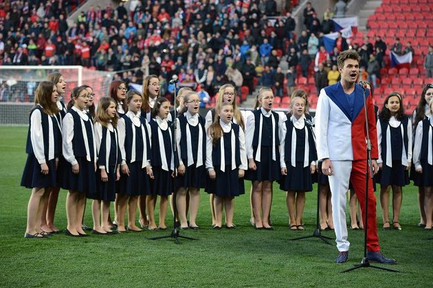 Zpěvák Vojtěch Dyk před utkáním kvalifikace ME 2016 Česko - Lotyšsko.