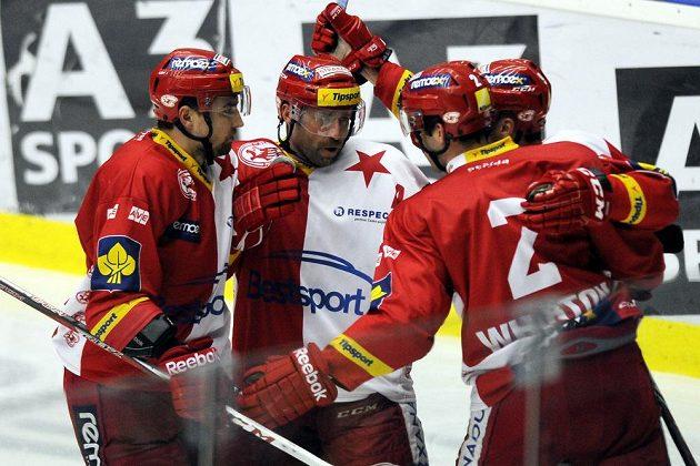 Hokejisté Slavie se radují z gólu na ledě Plzně.