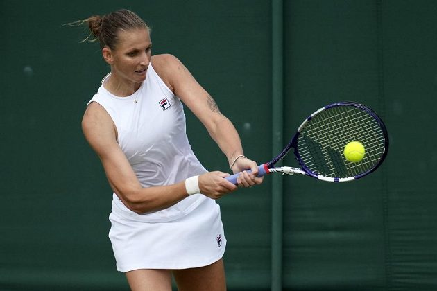 Tenistka Karolína Plíšková returnuje v utkání 3. kola Wimbledonu.