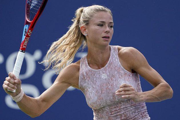 Camila Giorgiová z Itálie vrací úder v utkání 1. kola US Open proti Simoně Halepové.