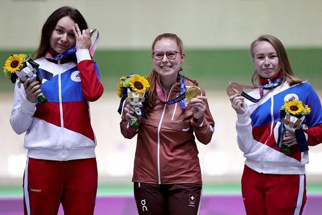 Nina Christenová ze Švýcarska (uprostřed) se zlatou medailí ze sportovní malorážky, kterou vyhrála před Julií Zykovovou (vlevo) a Julií Karimovovou (vpravo).