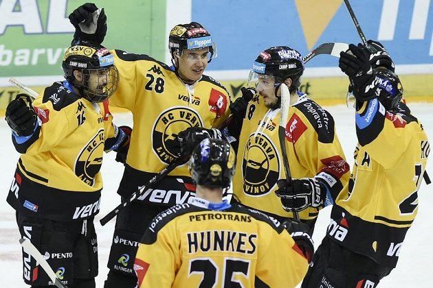 Hráči Litvínova zleva František Lukeš, Karel Kubát, Jiří Hunkes, František Gerhát a Viktor Hübl se radují z gólu.