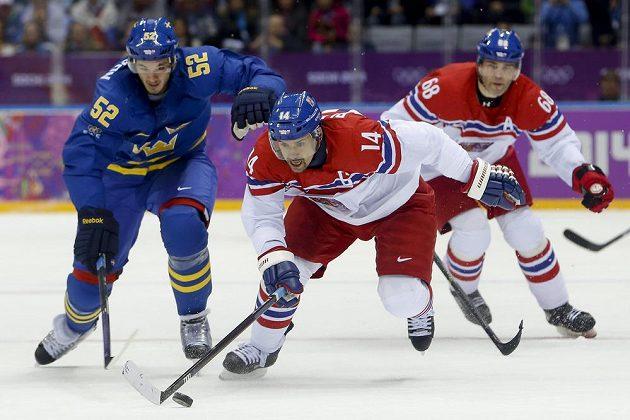 Kapitán mužstva Tomáš Plekanec (uprostřed) uniká švédskému obránci Jonathanu Ericssonovi. V pozadí Jaromír Jágr.