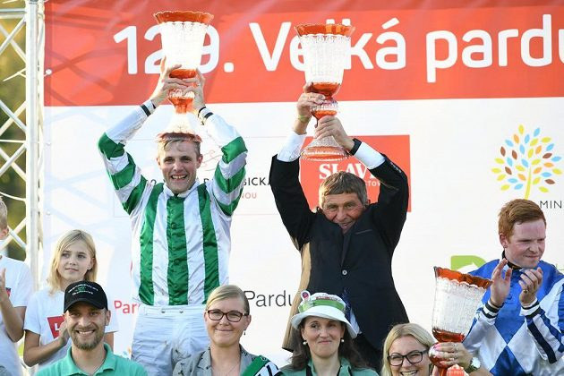 Zleva vítěný žokej Josef Bartoš a trenér vítězného koně Josef Váňa při slavnostním ceremoniálu na 129. Velké pardubické.