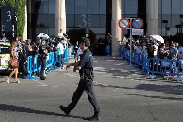 Policista před budovou soudu.