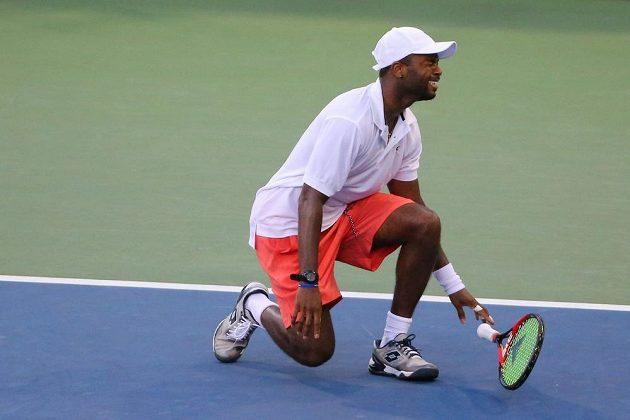 Americký tenista Donald Young při zápase 3. kola US open proti Srbovi Viktoru Troickému.