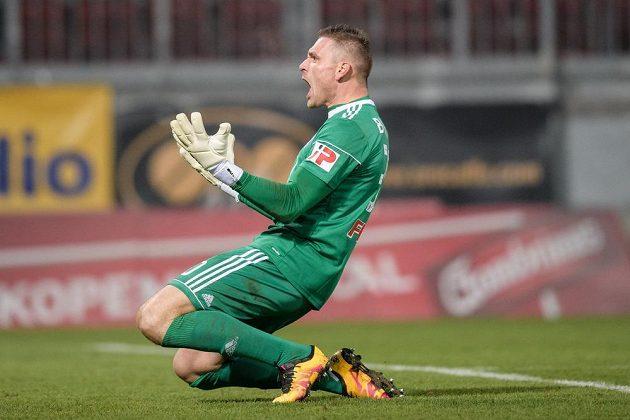 Brankář Sigmy Olomouc Miloš Buchta oslavuje vítězství nad Spartou v utkání 15.kola HET ligy.