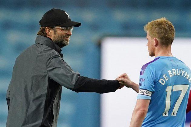 Manažer Liverpoolu Jürgen Klopp se zdraví s Kevinem De Bruynem z Manchesteru City.