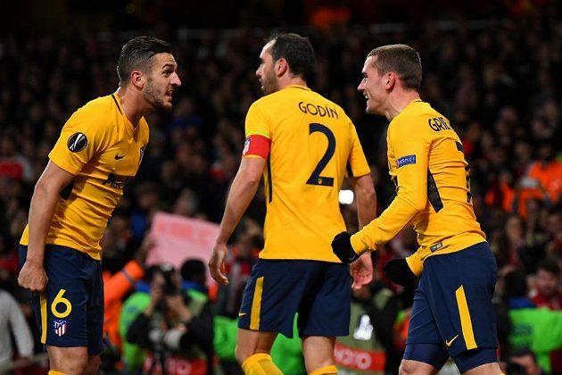 Hráči Atlétika Madrid slaví na půdě Arsenalu vyrovnávací gól na 1:1 v úvodním semifinále Evropské ligy.