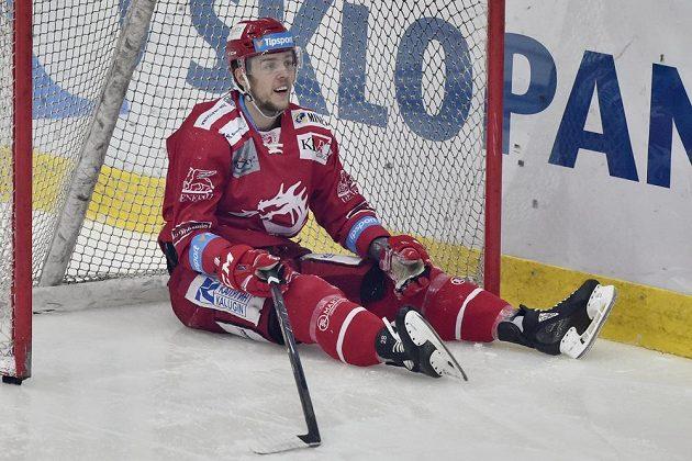 Martin Gernát z Třince v netradiční pozici během finále hokejové extraligy v Liberci.