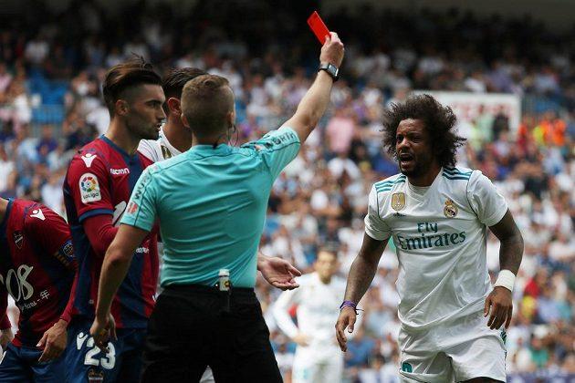 Obránce Realu Madrid Marcelo (vpravo) dostává červenou kartu.