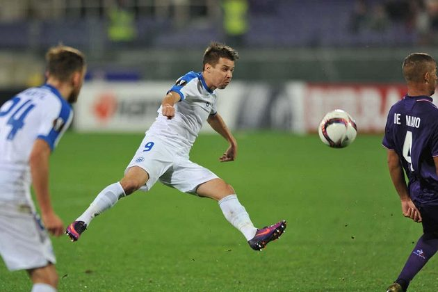 Liberecký Jan Navrátil páli při utkání Evropské ligy na hřišti Fiorentiny.